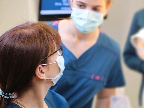 carillas dentales. Clínica dental de Avilés. La dentista consulta el tratamiento.
