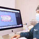 utilizando el clincheck de invisalign en nuestra clínica dental en Avilés, especializada en ortodoncia invisible